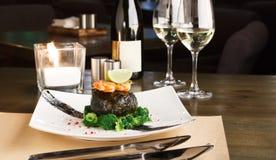Cena romántica en el restaurante lujoso Prendedero de Dorado en el nori w fotos de archivo libres de regalías