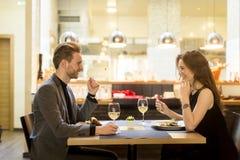 Cena romántica en restaurante Foto de archivo libre de regalías