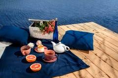 Cena romántica en terraza cerca del agua azul Fotografía de archivo