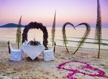 Cena romántica en una playa Imágenes de archivo libres de regalías
