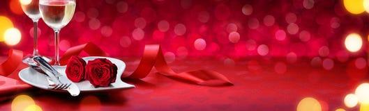 Cena romántica para las tarjetas del día de San Valentín preciosas foto de archivo