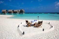 Cena romántica puesta en la playa maldiva Foto de archivo