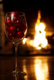 Cena romântica do feriado na frente da chaminé Fotos de Stock Royalty Free
