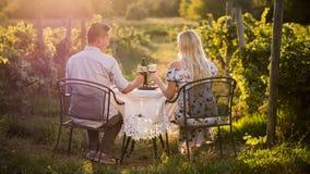 Cena romantica con l'assaggio di vino in un posto al tramonto immagini stock libere da diritti