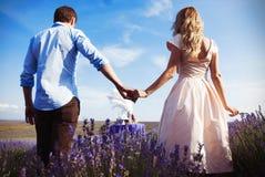 Cena romantica degli amanti in un giacimento della lavanda Fotografie Stock