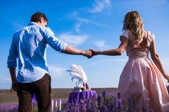 Cena romantica degli amanti in un giacimento della lavanda Fotografia Stock