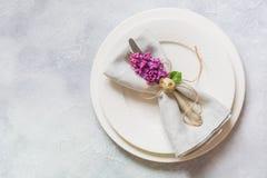 Cena romantica di Pasqua Regolazione della tavola di eleganza con i fiori lilla sulla tavola leggera Vista superiore fotografia stock libera da diritti