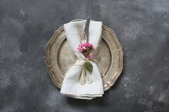 Cena romantica di Pasqua Regolazione della tavola di eleganza con i fiori di rosa della molla su buio Vista superiore fotografia stock