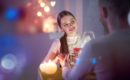 Cena romantica Giovani coppie che tostano il vetro di vino in ristorante Fotografie Stock Libere da Diritti