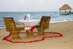 Cena romantica installata sulla spiaggia Immagine Stock