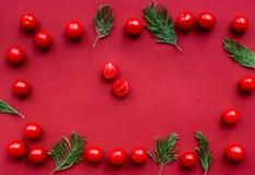 Cena romantica nel colore rosso con il modello di punto di vista superiore della ciliegia Fotografia Stock Libera da Diritti