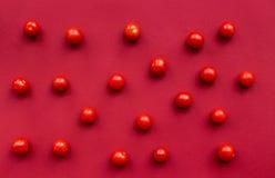 Cena romantica nel colore rosso con il modello di punto di vista superiore della ciliegia Fotografia Stock
