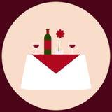 Cena romantica per una tavola di due bianchi con vino, lo stemware, il vaso ed il fiore Fotografia Stock