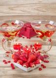 Cena romantica sul San Valentino Il piatto a forma di con le fragole, cuore del cuore ha modellato le candele e due vetri del cha fotografia stock libera da diritti