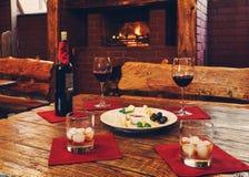 Cena romántica para dos cerca de la chimenea Imagen de archivo libre de regalías