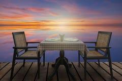 Cena romántica para dos servida Foto de archivo libre de regalías