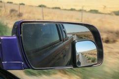 A cena rural em Califórnia, EUA refletiu no espelho retrovisor fotografia de stock royalty free