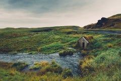 Cena rural islandêsa com a casa de campo de madeira velha fotos de stock