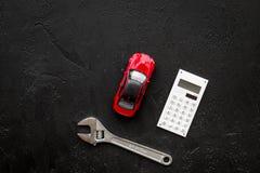 Cena samochód naprawa Wyrwanie blisko samochodu kalkulatora na czarnym tło odgórnego widoku copyspace i zabawek zdjęcie stock