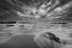Cena surpreendente da praia em preto e branco foto de stock