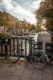 Cena típica de Amsterdão em um agradável e em Sunny Afternoon fotografia de stock