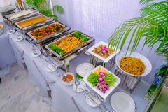 Cena tailandese del buffet al meravigliosamente sistemato immagine stock libera da diritti