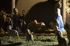 Cena tradicional da natividade com as estátuas da família santamente imagem de stock royalty free