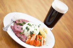 Cena tradicional de la carne en lata con la cerveza Imagenes de archivo
