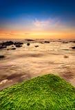 Cena tranquilo da praia em luz surpreendente imagens de stock