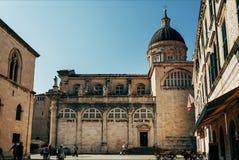 cena urbana com Virgin Mary Ascension Cathedral na cidade de Dubrovnik, Croácia fotografia de stock
