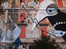 Cena urbana de prosperidade da arte dos grafittis e da rua em Lisboa, Portugal, 2014 fotografia de stock
