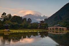 Cena velha da cidade de Lijiang - Dragon Pool Park preto fotografia de stock royalty free