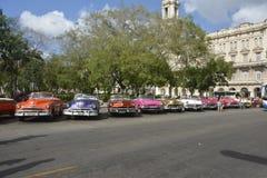 CENA VELHA DA RUA DE CUBA HAVANA COM CARROS DO VINTAGE fotos de stock royalty free