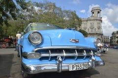 CENA VELHA DA RUA DE CUBA HAVANA COM CARROS DO VINTAGE foto de stock royalty free
