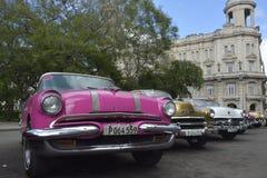 CENA VELHA DA RUA DE CUBA HAVANA COM CARROS DO VINTAGE Fotos de Stock