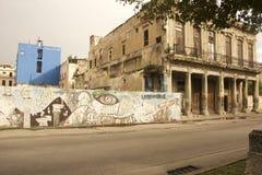 CENA VELHA DA RUA DE CUBA HAVANA COM GRAFITTIS NA PAREDE Imagem de Stock