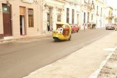 CENA VELHA DA RUA DE CUBA HAVANA COM TÁXI DOS COCOS Imagens de Stock