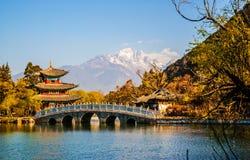 Cena velha preta da cidade de Dragon Pool Park-Lijiang imagens de stock