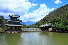 Cena velha preta da cidade de Dragon Pool Park-Lijiang fotografia de stock
