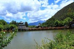 Cena velha preta da cidade de Dragon Pool Park-Lijiang imagem de stock royalty free