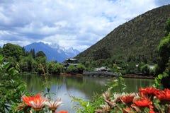 Cena velha preta da cidade de Dragon Pool Park-Lijiang fotos de stock