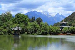 Cena velha preta da cidade de Dragon Pool Park-Lijiang foto de stock royalty free