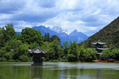 Cena velha preta da cidade de Dragon Pool Park-Lijiang fotos de stock royalty free