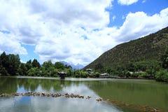 Cena velha preta da cidade de Dragon Pool Park-Lijiang imagens de stock royalty free