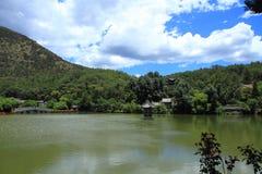 Cena velha preta da cidade de Dragon Pool Park-Lijiang imagem de stock
