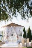Cenador blanco del arco de la boda adornado con las flores blancas Imagen de archivo