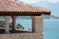 Cenador de la arquitectura mediterránea que pasa por alto la bahía de Kotor Imagen de archivo libre de regalías