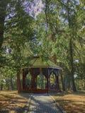 Cenador de madera con los bancos en el parque foto de archivo libre de regalías
