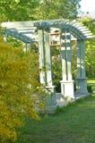 Cenador de madera en un parque verde en día de verano soleado landscaping fotos de archivo