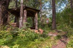 Cenador de madera hermoso en el rastro de la salud del terrenkur a lo largo del río de la montaña de Belokurikha imagen de archivo